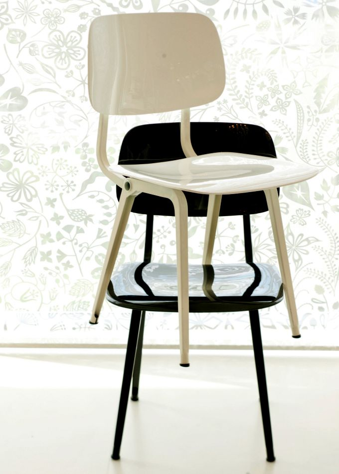 5 + 1 Tijdloze #top designstoelen - Revolt stoel – Friso #Kramer (1953): De #Revolt stoel is tot 1982 als massaproduct door #Ahrend geproduceerd. Daarna heeft de stoel in 1994 z'n comeback gemaakt en, na enkele jaren wederom uitverkocht te zijn, in 2004 opnieuw #geïntroduceerd. De #stoel wordt dus al meer dan 60 jaar verkocht: echt #tijdloos!