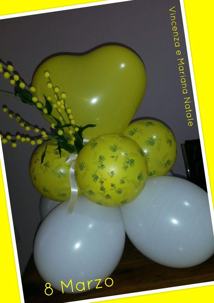 Centrotavola di palloncini in lattice semplici e stampati con mimosa per la festa delle donne
