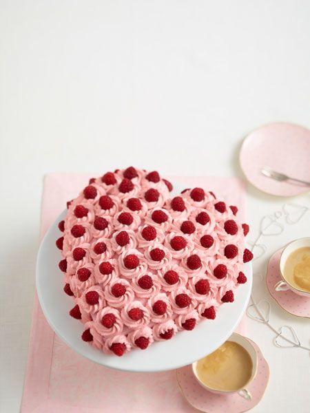 Sorgt für Aufmerksamkeit auf der Kaffeetafel: luftige Mandelböden gefüllt mit einer fruchtigen Creme.