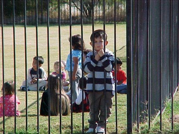 O Senado aprovou um projeto de lei que determina ser responsabilidade da escola evitar episódios de bullying. Para um pesquisador no assunto os educadores e pais devem ser capacitados para lidar com isso.