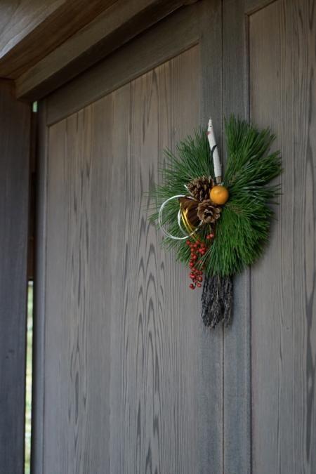 正月飾り9 鶴のお飾り   松葉で鶴の羽をかたどった鶴のお飾り 松は常緑樹であり昔から不老長寿といわれ 縁起のよい木とされています また鶴は夫婦仲が大変良く一生連れ添うことか ら夫婦円満と言われているようです  正月のお飾りは十二月二十八日までに飾ります 二十九日は九立てともいわれ九が苦 に通じるので避けます また三十一日は一夜飾りになるので二十八 日までに飾れなければ三十日に飾ります   鶴のお飾り縦横 約三十三十五センチ 五〇〇〇円