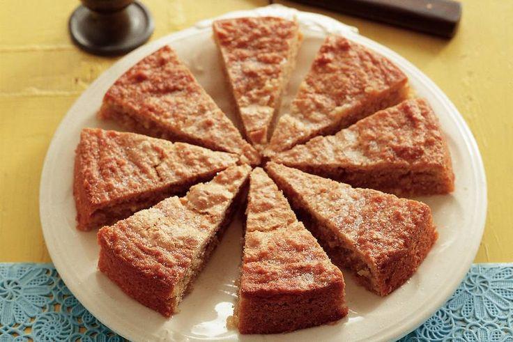 AMANDELTAART (12 stuks): 250 gr blanke amandelen, 2 eiwitten, mespunt zout, 265 gr suiker, 4 eierdooiers, 50 gr boter, 2 tl kaneelpoeder, ½ el boter, ½ el bloem