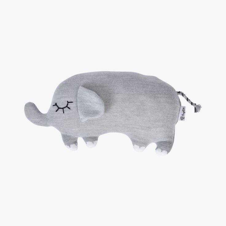 Der Elefant Hannibal ist gut gefüllt mit weicher Schafwolle , seine weiche Haut wird aus Merinowolle gestrickt. Die großen Augen werden handgestickt. Ein Kuscheltier für viele Jahre welches bei 30° im Wollwaschgang gewaschen werden kann.