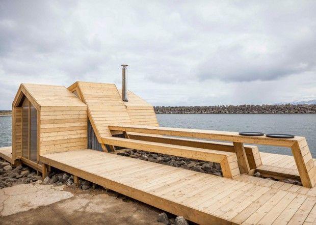 The Bands est le nom donné à ce sauna en bois de bord de mer, développé et réalisé par Scarcity and Creativity Studio (SCS) et les étudiants de l'école d'architecture et de design de la ville d'Oslo. Ce sauna est composé de trois bandes de bois posées côte à côte qui habillent le terrain rocheux.  Ces trois bandes servent de lien entre les petites maisons où la sauna se trouve et le bord de mer comprenant une terrasse et un bain à remous, elles offrent également un chemin plus sûr et plat...