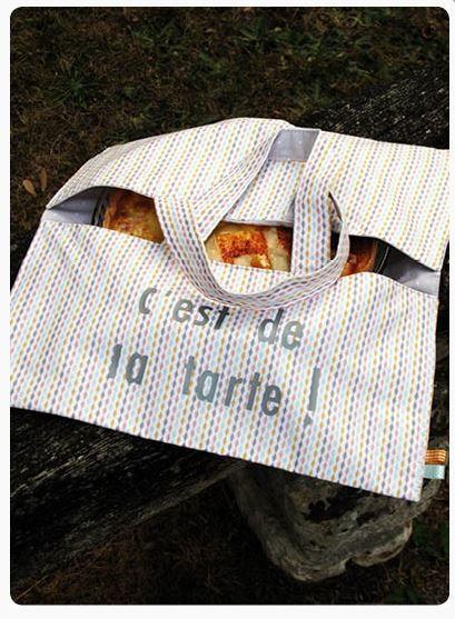 Sac à Tarte facile à coudre en suivant notre pas à pas ici : https://creapause.fr/blog/pas-a-pas-de-loisirs-creatifs/tuto-couture-debutant-sac-a-tarte-en-tissu