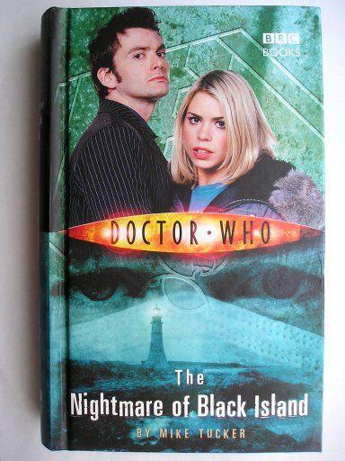 """Il romanzo """"The Nightmare of Black Island"""" di Mike Tucker è stato pubblicato per la prima volta nel 2006. È al momento inedito in Italia. Ha come protagonisti il Decimo Dottore e Rose Tyler. Copertina della BBC. Clicca per leggere una recensione di questo romanzo!"""