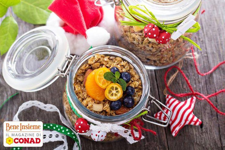 """I #barattoli in vetro per le #conserve sono una confezione regalo facilmente personalizzabile a tema natalizio. Basteranno dei #nastrini in tessuto di colore rosso, verde e oro, oppure della raffia per dare un tocco ancora più """"caldo"""". #tips"""