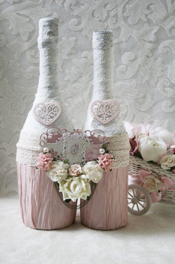 Бутылки, украшенные декупажем, соединены между собой как символ прочности брака