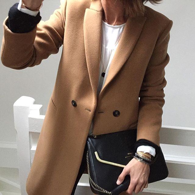 Comme une envie d'un manteau camel dans une belle matière chaude qui coûte pas une blinde => trouvé ✌️ Manteau #promod (nouvelle co) • blouse #laredoute (old) • sac #lespetitesshanghaiennes (de l'année dernière mais encore dispo il me semble) • médaille #lesfeesmere • jonc #shlomitofir #unoiseausurlabranche
