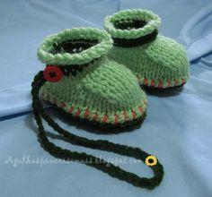 Receita:   Com fio duplo na lã verde escuro montar 20 pontos e tecer em cordões de tricô, aumentando em cada extremidade e de cada lado...