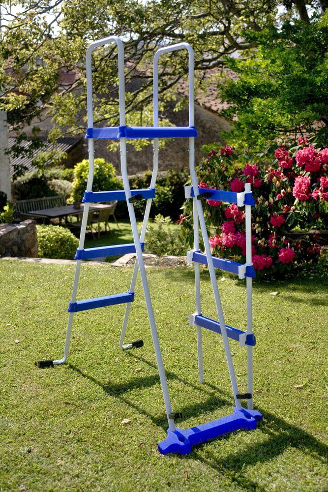 Escalera Gre para piscina elevada de chapa de acero. Incorpora una plataforma en la parte superior con pasa manos y un sistema de seguridad que permite retirar los peldaños para impedir el acceso a los niños.