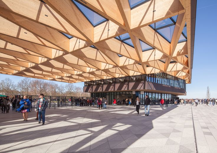 A grand gatehouse welcomes the large flows of, mainly international, visitors to the world famous Keukenhof park. The stepped timber roof structure of interwoven isosceles triangles leans on two volumes, forming an impressive gateway to the park. The gatehouse houses public functions such as cash...