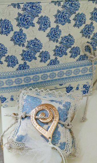 γάμος και βάφτιση μαζί, θέμα μπλε λουλούδια, θέμα για γάμο και βάφτιση μαζί, πρωτότυπο θέμα για γάμο και βάφτιση αγοριού, προσκλητήριο για γάμο και βάφτιση μαζί μπλε λουλούδια , μπομπονιέρα μαξιλαράκι μπλε λουλούδια με κρίκο ευχών, πρωτότυπος γάμος και βάφτιση μαζί, ιδέες για γάμο και βάφτιση αγοριού μαζί
