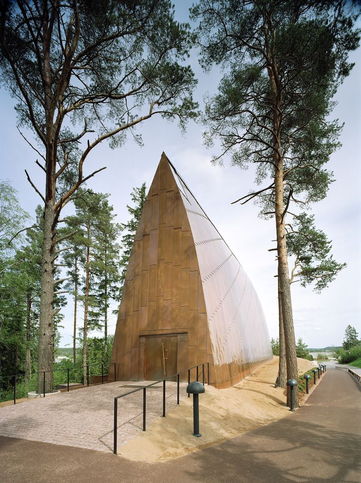 Located in the landscape of the island of Hirvensalo, Finland, the exterior of the St. Henry's Ecumenical Art Chapel stands out for its copper surface, that will be weathered green with time to be in harmony with the sorrounding trees and nature.