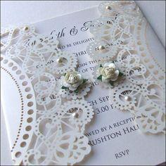 Invitación de boda con rosas y perlas del corte del laser