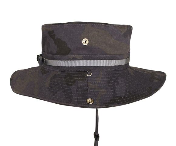 Chapéu modelo safari em tecido camuflado com aplicação de faixa com regulador plástico e botões de pressão nas laterais.