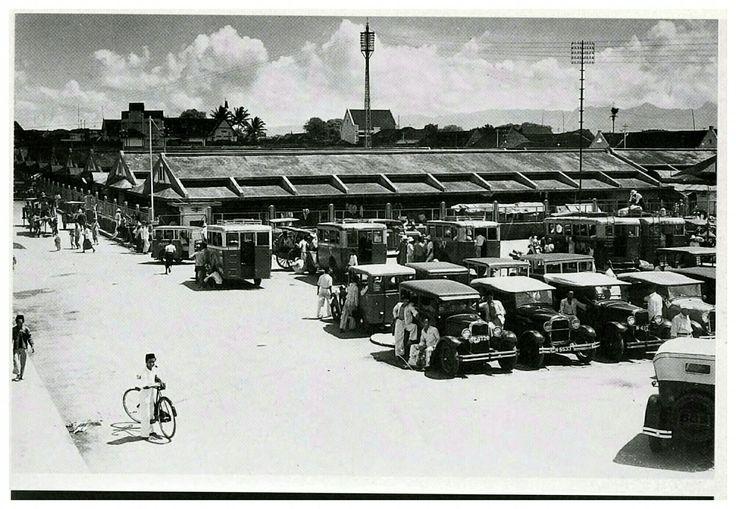 Terminal taxi dan bus di Pasar Kidoel straat Malang 1935.