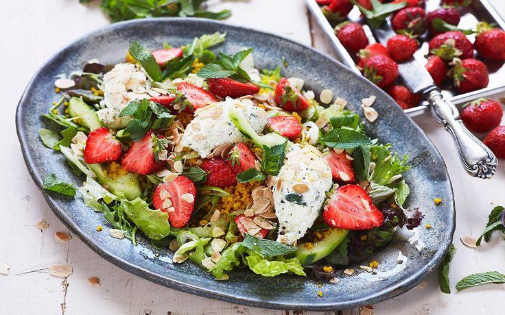 Vackert saffransgul bulgur gör sig utmärkt ihop med söta röda jordgubbar och salt ost.