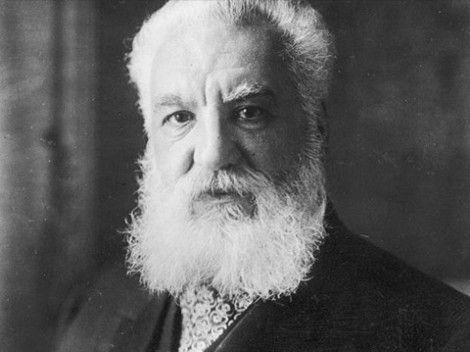 """Uitvinder van de telefoon (1847-1922) Op een dag vroeg zijn vader: """"waarom ga je niet iets nuttigs doen?"""" De vader van zijn beste vriend – die een korenmolen bezat – had wel een klusje. Kon Alexander iets handigs verzinnen waardoor het kaf van het koren kon worden gescheiden? Op twaalfjarige leeftijd maakte Alexander hiervoor een eenvoudig apparaat van een draaiende borstel met spijkers."""