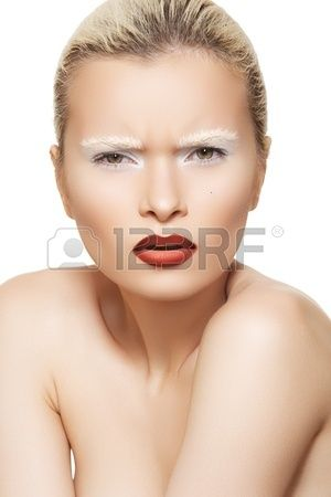 Hoge modebeeld Modieuze stijl van mooi model met creatieve witte wenkbrauwen make up en donker rode  Stockfoto