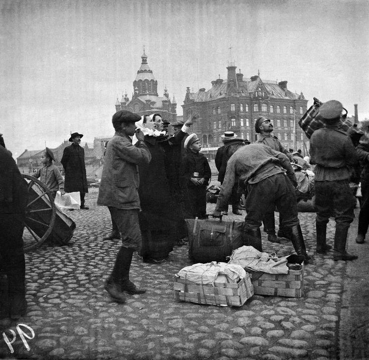 Ensimmäinen maailmansota. Timiriasew Ivan 1914. Helsingin kaupunginmuseo. Ensimmäinen maailmansota. Punaisen Ristin sairastarpeiden kuljetus Viaporiin (= Suomenlinna ). -- negatiivi, nitraatti, mv - Finna