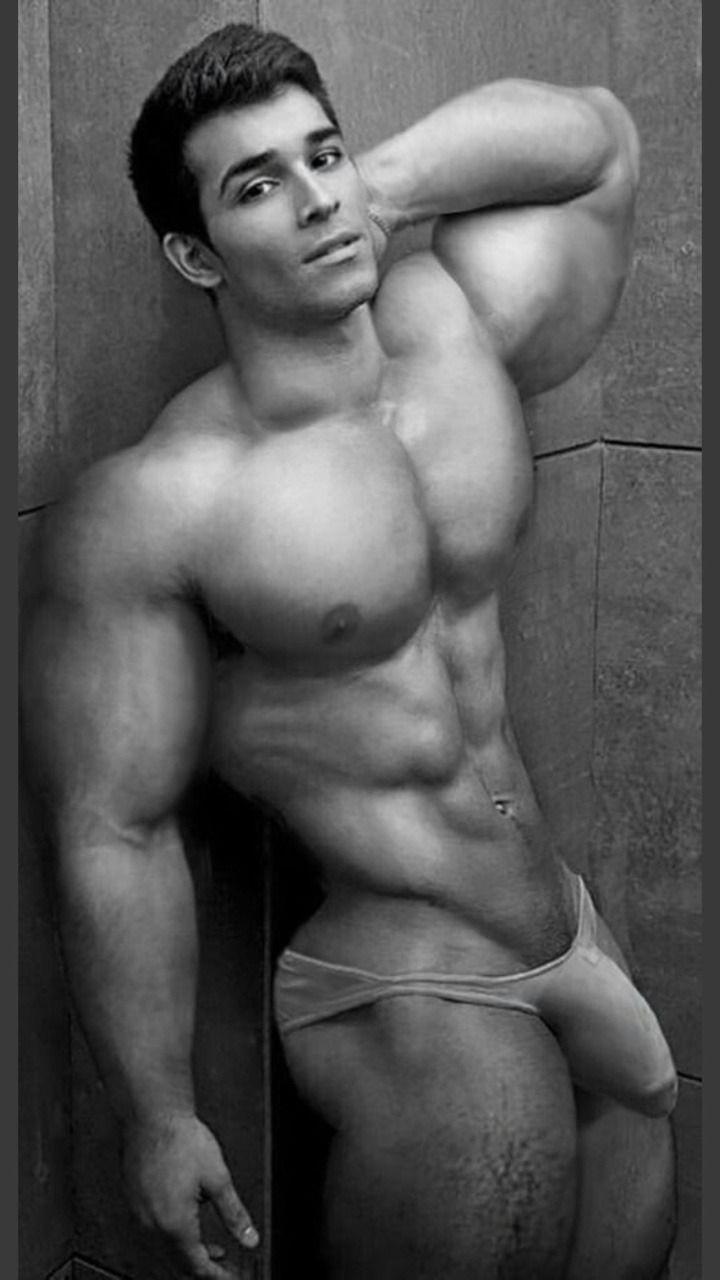 мужик сидит дрочит мускулистый и