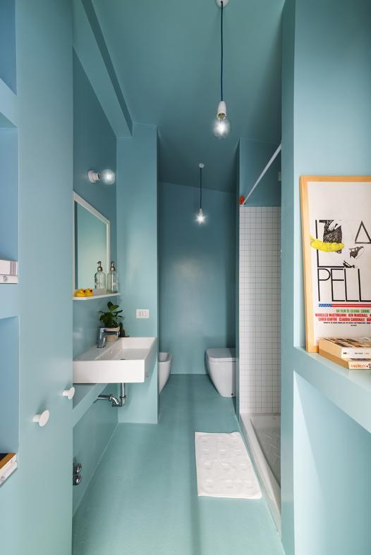 """IDEE SALVA-SPAZIO PER UNA CASA EXTRA-SMALL: IL BAGNO Il bagno, concepito come """"una scatola monocromatica azzurra"""", è cieco ma luminoso. Le nicchie tra le colonne sono sfruttate al centimentro per alloggiare i sanitari, una lavatrice e la caldaia e vivere il bagno."""