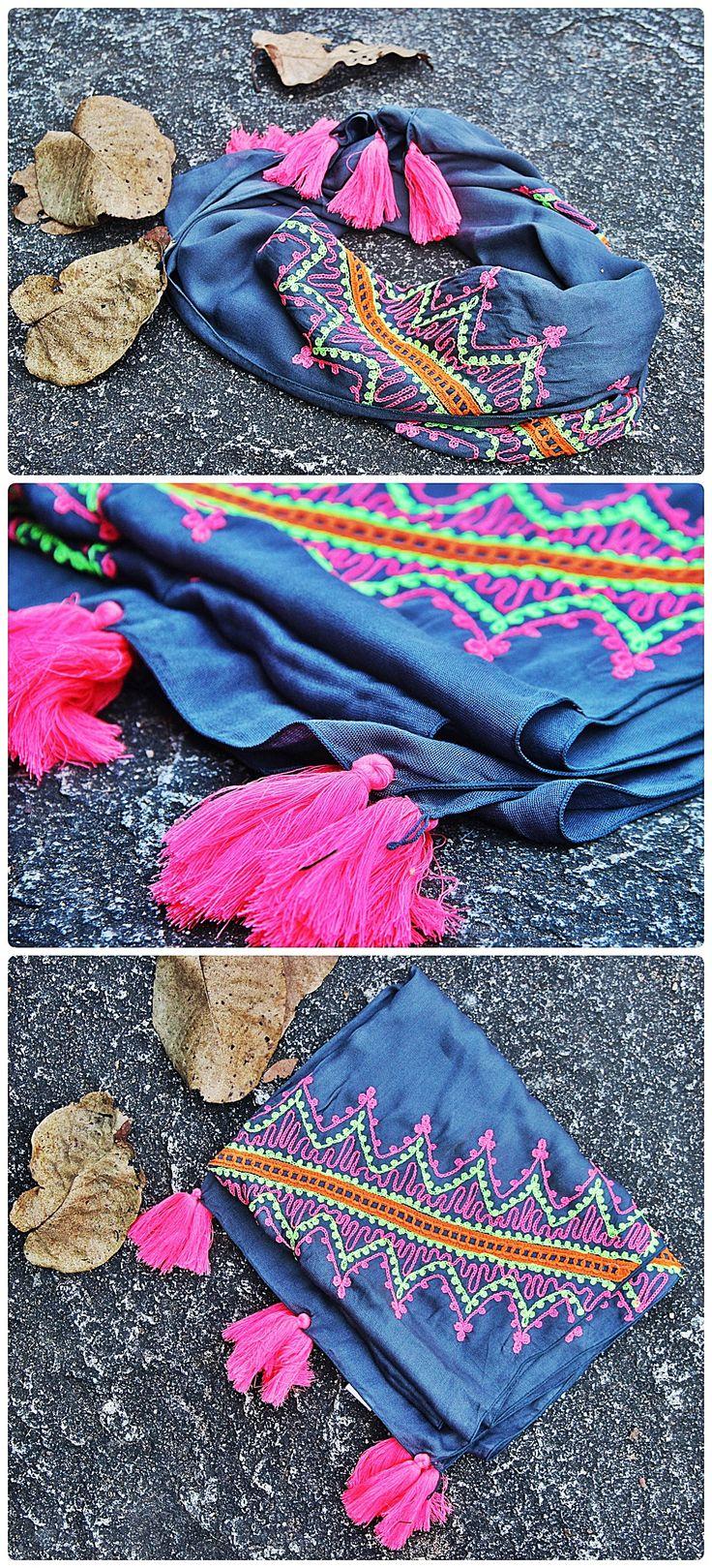 Pañuelos Bordados - Bali Indonesia  $ 8.990  Código: V040 - Gris Medidas: 48 x 175 cm.