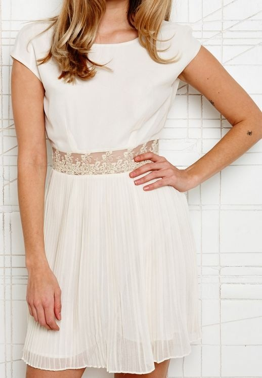 Korte zomerse trouwjurk van Urban Outfitters, 85 euro.