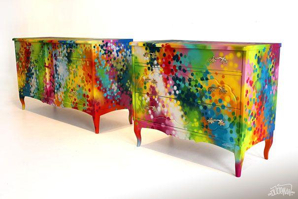 L'artiste basé à Toronto, Dudeman, donne à votre intérieur l'ambiance urbaine ultime grâce à sa customisation de meubles. Il nous présente son mobilier de style street art, avec des graffitis très colorés et graphiques qui habillent les meubles.  Commodes, armoires, tiroirs, tout le mobilier retro est passé à la bombe avec le style unique de Dudeman, une conception graphique colorée et vivante !