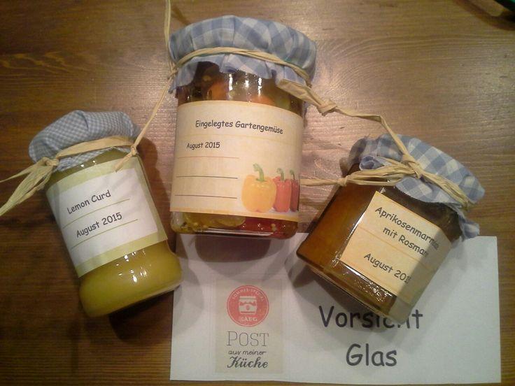 Angelika hat ihrer #SommerimGlas Tauschpartnerin diese drei Leckereien im Glas geschickt: Lemon Curd, Aprikosenmarmelade mit Rosmarin und eingelegtes Gartengemüse.