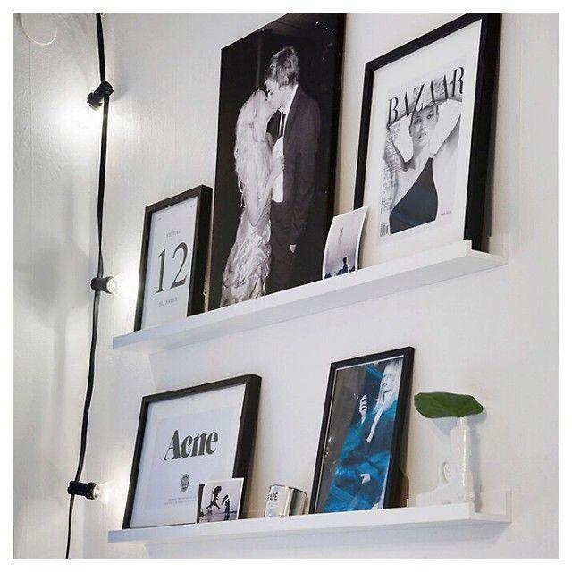 Med tavelhyllor kan du lätt och snabbt byta ut dina ramar utan att skruva nya hål i väggen. Kombinationen som instagramanvändaren @emmamelins lagt upp är stilren och mysig med lampslingan som sällskap, #home #details #bazaar #acnestudios #interior #inredning #instahome #vackrasteväggen #heminredning #tavla #ram #tavlor