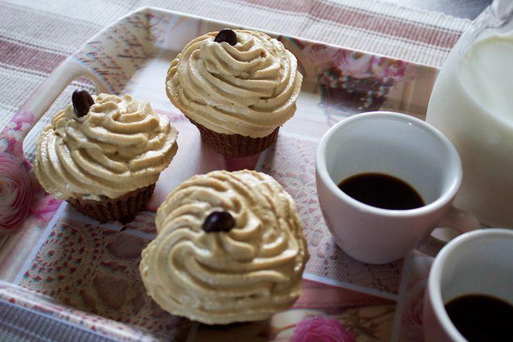 I cupcake al caffè e cioccolato sono dei dolcetti morbidi e golosi, ideali per un risveglio pieno di energia!