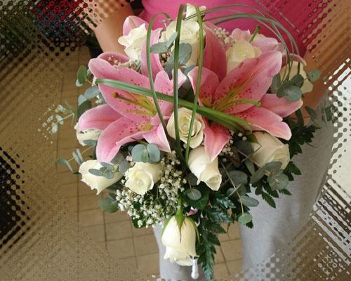 Fehér rózsák, rózsaszín lilommal