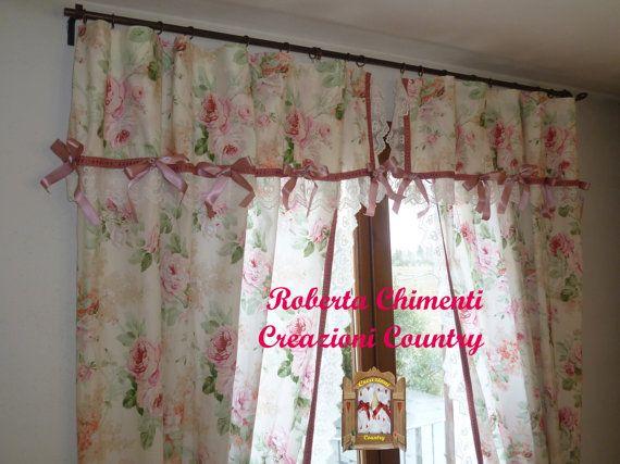 Tenda in due pannelli country-chic, shabby-chic con mantovana, tessuto floreale con rose inglesi tipo Sanderson, romantica, con reggi tenda