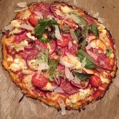 """Blomkålspizza, 2 pers. 1 blomkålshuvud, medium storlek 1st ägg 1dl riven ost kör gärna med hälften parmesan eller västerbotten samt hälften mozarella Salt & Peppar    Så här gör du en blomkålspizza Ansa blomkålen och ta bort stam och blad och kör i en matberedare till ett fint """"pizzamjöl""""  Lägg i en bunke och micra sedan i 6 minuter, låt svalna.  Placera den rivna blomkålen i en handduk, vrid sedan ut så mycket vatten du kan!  Blanda blomkålen med ägg, ost, salt & peppar och..."""