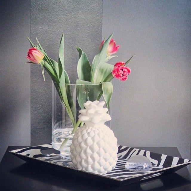 Wiosenny ananas :) #blogpost #spring #pineapple #white #flowers #tulips #blackandwhite  Miłego niedzielnego popołudnia!