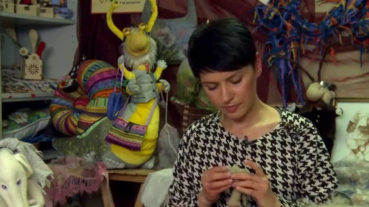 Наш ведущий Мастер Ольга Литвиненко дает видео-урок по сухому валянию овечки из новозеландской кардочесанной шерсти. Изюминка этого мастер-класса - применение специального проволочного каркаса, вследствие чего ножки овечки будут гибкими и подвижными. А еще Мастер откроет вам секрет нашего студийного know how - технику фелт-букле, благодаря которой у войлочной
