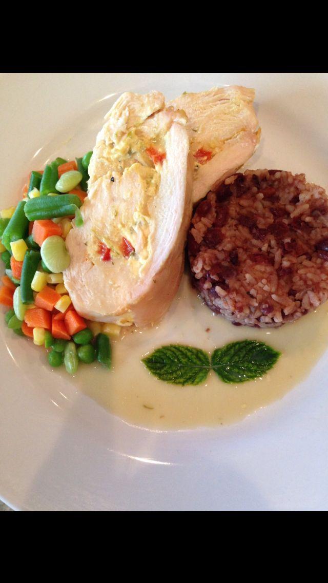 Pechuga de pollo rellenas de espinaca y queso feta,vegetales hervidos y congri.