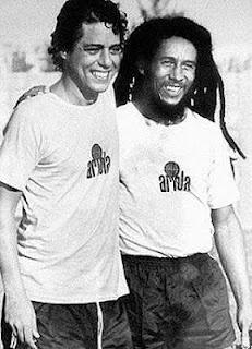 Foto de Frederico Mendes. Chico Buarque e Bob Marley sorriem após vencer uma partida de futebol. Rio de Janeiro, 1980.