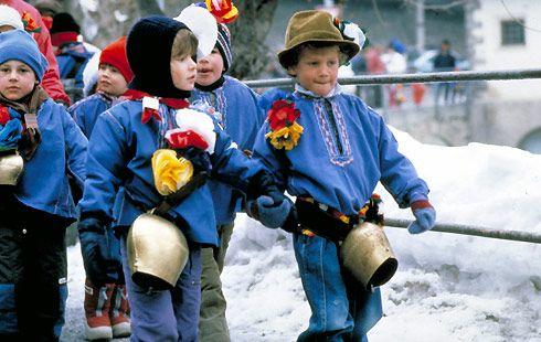 Chalandamarz - Am ersten Märztag (chalanda = erster) versucht die Engadiner Jugend mit Kuhglockengeläut, Peitschenknall und Gesang, die Wintergeister zu vertreiben. Der Brauch des Chalandamarz geht auf die Zeit zurück, als die Römer Rätien beherrschten. Die Buben sind als Alpsennen gekleidet, die Mädchen, die lediglich als Begleiterinnen der Umzüge geduldet sind, tragen bunte Trachten.