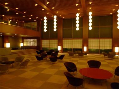 <ホテルオークラ>海外デザイナーの多くが来日の際の常宿としている、オークラ。ところどころに「和」の要素がちりばめられた、モダンで洗練された建築様式とインテリア。とくに、メインエントランスとロビーは、他では味わえない雰囲気を持つ空間です。切子形を繋ぎ合わせた、「オークラランターン」と呼ばれる照明も素敵。【UOMO編集長 日高麻子】 http://lexus.jp/cp/10editors/contents/uomo/index.html ※掲載写真の権利及び管理責任は各編集部にあります。LEXUS pinterestに投稿されたコメントは、LEXUSの基準により取り下げる場合があります。