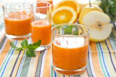 Lekker, snel, makkelijk en goed voor de slanke lijn? Je kan het met deze 3 peren smoothie recepten: alleen met fruit, met extra wortel of een groen smoothie.