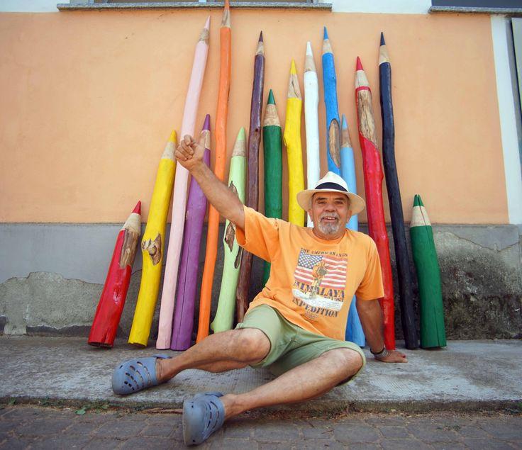 L'uomo che intaglia matite giganti nel legno dei pali da vigna - La Stampa