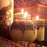 Bespoke mehndi (henna) designs on candles. Coloured glitter can be added in the pattern along with jewels at request to give your item a dazzling look Price varies depending on the size... Largest Candle... 16.00 Medium Candle or Round Candle... 14.00 ...