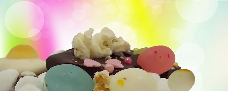 Chocolade met verschillende toppings: popcorn, suikereitjes, parels en snoep