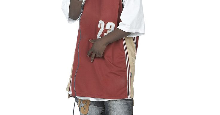 Cómo crear una canción de rap. No necesitas un estudio de grabación masiva, o el respaldo de un productor exitoso para escribir ritmos y crear una canción de rap. La música rap se desarrolló en las calles de Brooklyn, y es un género de música que cualquier persona con sentido del ritmo y algo que decir puede crear. Tú puedes crear una canción de rap desarrollando un ritmo, ...