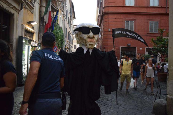 Peta alla sfilata di Fendi: finto Karl Lagerfeld fermato dalla sicurezza - È successo a Roma, in occasione della sfilata di Fendi con la quale si celebrava il 90° anniversario della casa di moda: un sostenitore PETA, vestito da Karl Lagerfeld e indossando un costume da Angelo della Morte, ha cercato di introdursi alla sfilata. - Read full story here: http://www.fashiontimes.it/2016/07/peta-sfilata-fendi-finto-karl-lagerfeld-fermato-sicurezza/