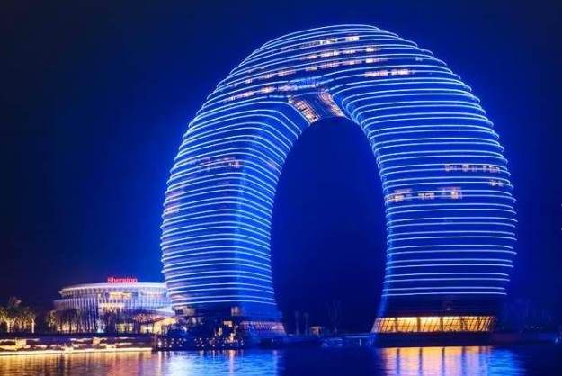 Horseshoe-Shaped Hotel Features Underwater Rooms [Pics]