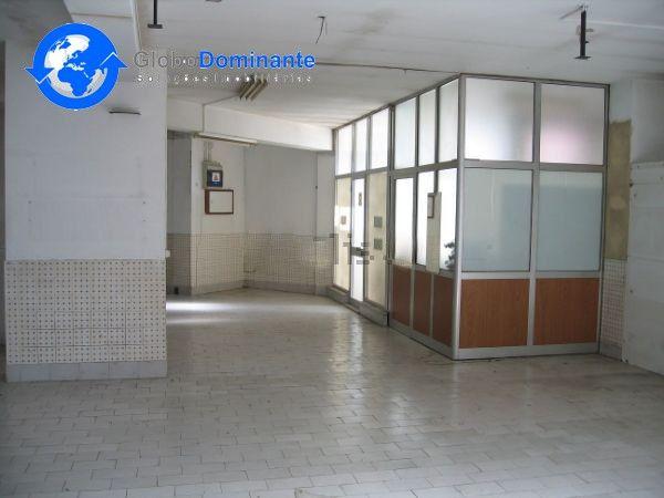 Loja com 197m2.Terraço com 110m2.Ideal para armazém ou serviços.